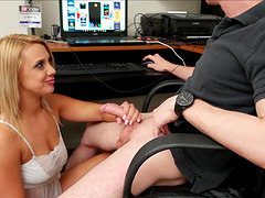 Dude gets a beeg from girlfriend while playing